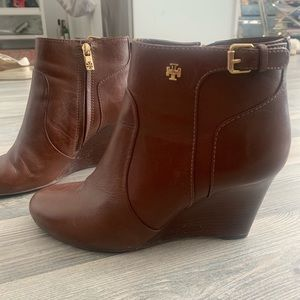 Gorgeous Tory Burch wedge ankle boots